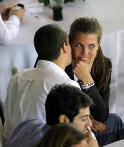 Charlotte Casiraghi e Alex Dellal não se intimidam com os paparazzi.