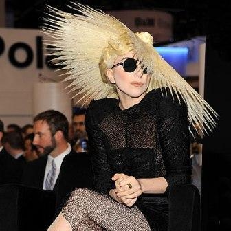 Lady Gaga confirmou o lançamento do primeiro perfume assinado por ela.