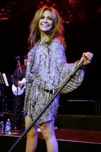 Jennifer Lopez finalmente assinou o contrato e ocupará uma das cadeiras de jurada no programa American Idol da tevê norte-americana.