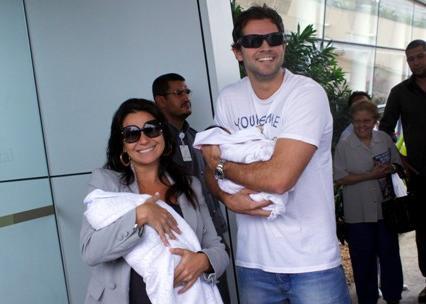 Giovanna Antonelli e Leonardo Nogueira com as filhas, Antonia e Sofia: indo para casa