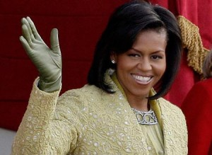Michelle Obama sendo disputada entre fashionstas e mulheres das altas rodas norte-americanas