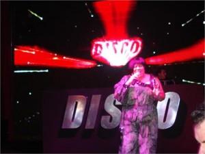 O som aqui na festa de 10 anos da Disco está super animado.