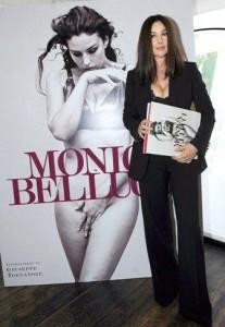 Monica Bellucci lança livro com fotos da carreira.
