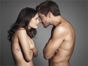 """Jake Gyllenhaal achou q fazer as cenas de nudez com Anne Hathaway foi um """"trabalho difícil"""". Danadinho…"""