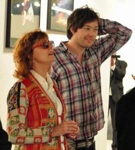 """Susan Sarandon foi conferir o Miami Art Basel ao lado de um """"amigo""""."""