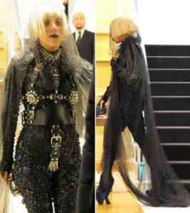 Lady Gaga aparece com mais um look de deixar os cabelos em pé