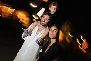 Um casal lindo de São Paulo mostra seu canto familiar, cheios de obras de arte e design, vem ver