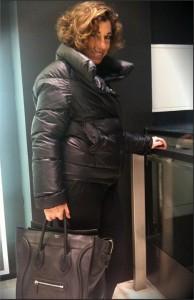A @consueloblocker mostra pra gente o que ela está usando hoje, direto de London, chic, chic!