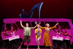 """Muito confete e purpurina na estreia da peça """"Priscilla, a Rainha do Deserto"""", na Broadway"""
