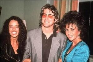 Vem ver a imagem que achamos de Sonia Braga com Liz Taylor! E ainda tem o Richard Gere entre elas! Clássica :)