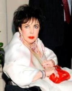 Sabe a coleção de joias de cair o queixo da Liz Taylor? Ela vai à leilão por uma boa causa. Quer dar um lance?