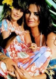 Vem ver que foto linda da @yasminbrunet1 – pequenininha – com a mãe dela! Deusas! #diadasmaes