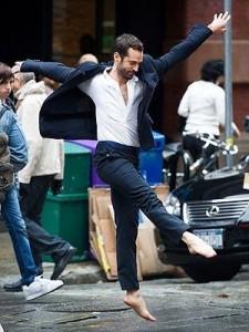 Benjamin Millepied anda dando palinhas de balé no meio da rua…