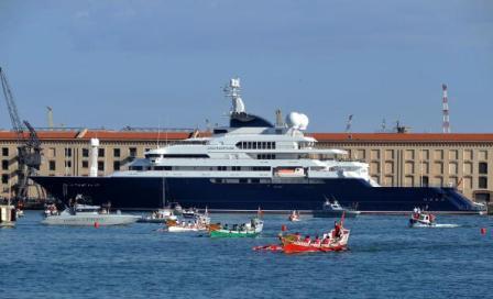 O iate Octopus: caipirinha em Cannes