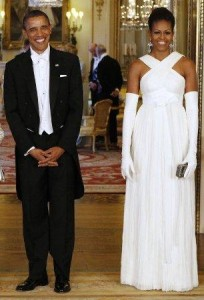 Michelle Obama caprichou no modelito para o jantar com a rainha da Inglaterra. E agora acertou!