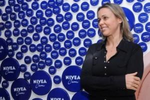Giulia Gam conta qual é o cheirinho da infância dela: creme Nivea, usado pelo pai e pela mãe da atriz