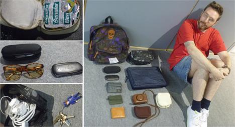 Porta remédios, cabos, as caixinhas dos óculos e Alexandre Herchcovitch ao lado de tudo que carrega na bolsa: organização total!