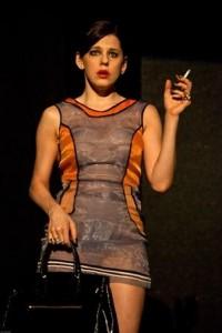 """Barbara Paz acende dez cigarros em """"Hell"""" e, ao contrário dos boatos, o público mantém os olhos fixos na peça!"""