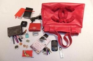 Chantal Goldfinger abriu a bolsa e mostrou o que ela leva de mais bacana no dia a dia!
