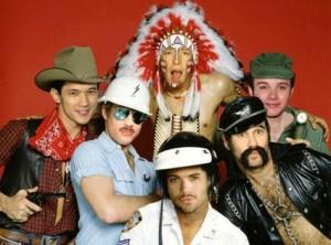 """Atores do """"Glee"""" viram integrantes do Village People em fotomontagem."""