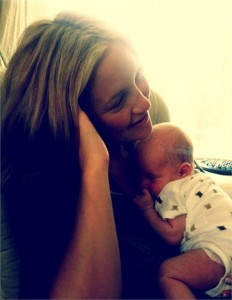 Já viu a foto do primeiro filho de Kate Hudson? Não? Então corre pq ela acabou de twittar!