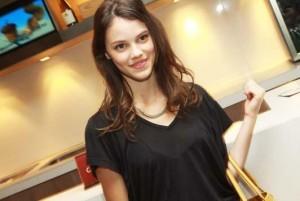 A atriz Laura Neiva estrela curta fashion sobre o mundo das modelos
