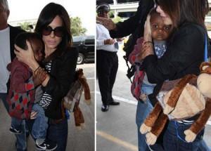Sandra Bullock tenta, mas não esconder o filho dos paparazzi #fofo