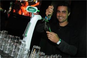 Adivinha quem é o bonitão que virou barman aqui no lounge da Heineken?