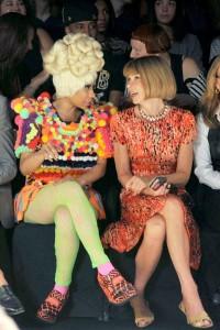 Anna Wintour, para não perder os principais flashes, colocou Nicki Minaj ao seu lado no desfile da Prabal Gurung em NY!!