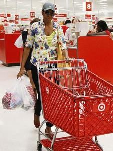 A primeira-dama Michelle Obama faz comprar incógnita no supermercado popular Target nos Estados Unidos