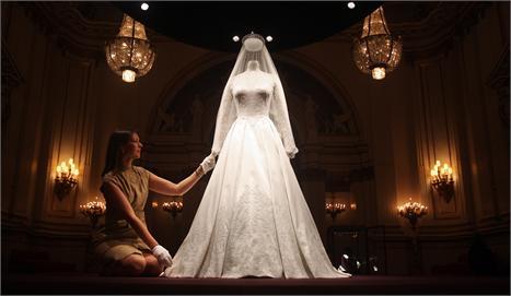 O vestido Alexander McQueen: o casamento real continua dando lucros
