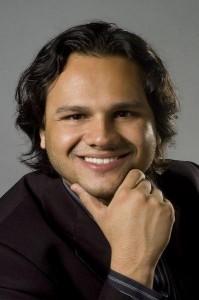"""O tenor brasileiro Atalla Ayan inicia turnê inglesa como protagonista da ópera """"La Bohème"""""""