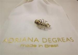 Olhem que graça o broche de formiga da Adriana Degreas