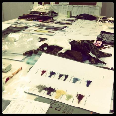 Mesa de trabalho de Lolita Hannud: caos criativo